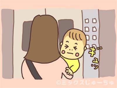 目を瞑る赤ちゃん